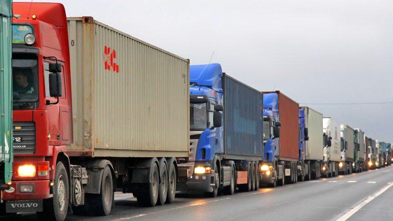 Las terminales de contenedores pueden provocar atascos por la entrada y salida de camiones. Imagen de Art Konovalov