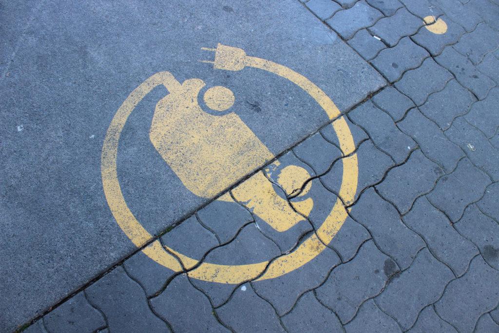 Señal en el pavimento indicando la presencia de un cargador de coche eléctrico [Imagen de Nicola Sznajder]