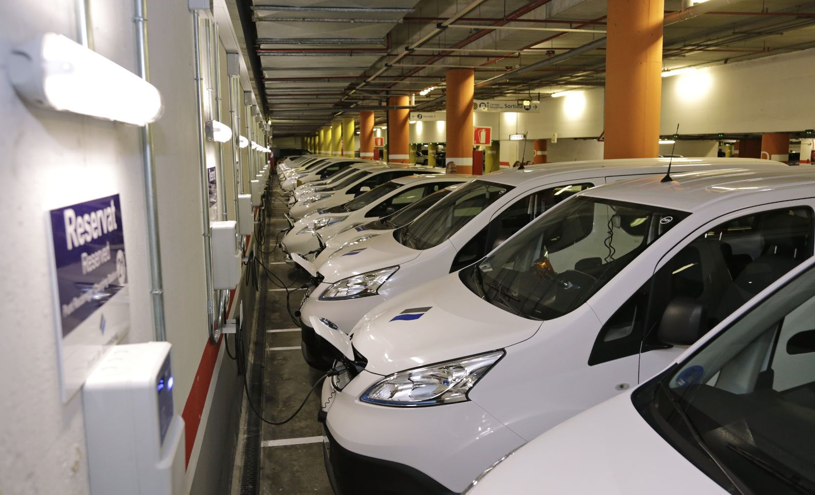 The Port of Barcelona has renewed its fleet of cars betting on the electric vehicle, which now totals 40 in the port. [Image of Port of Barcelona]