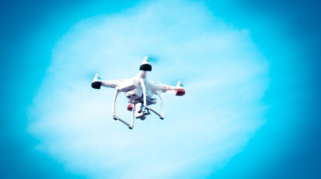 Los drones podrían utilizarse para la revisión de grandes instalaciones en los puertos [Imagen de James Strong]