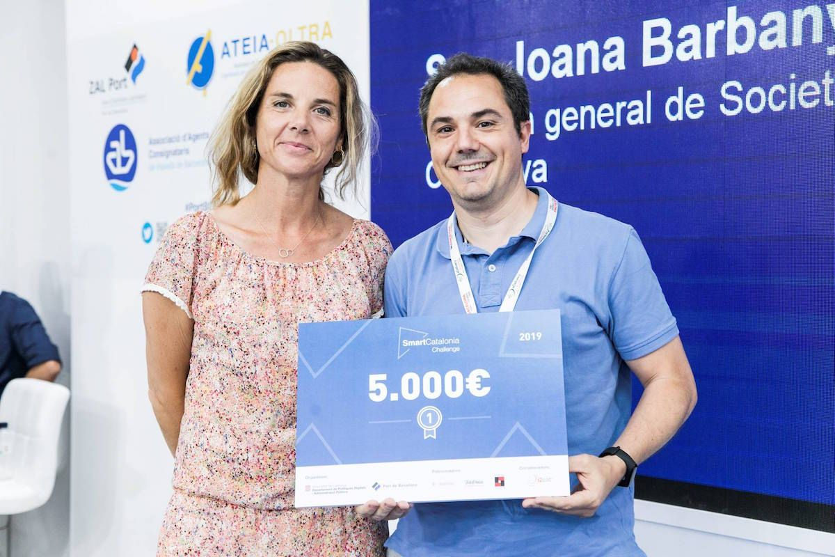 Joana Barbany, Directora General de Societat Digital en la Generalitat de Catalunya junto a Héctor Martín, CEO de Smalle Technologies. [Imagen de govern.cat]