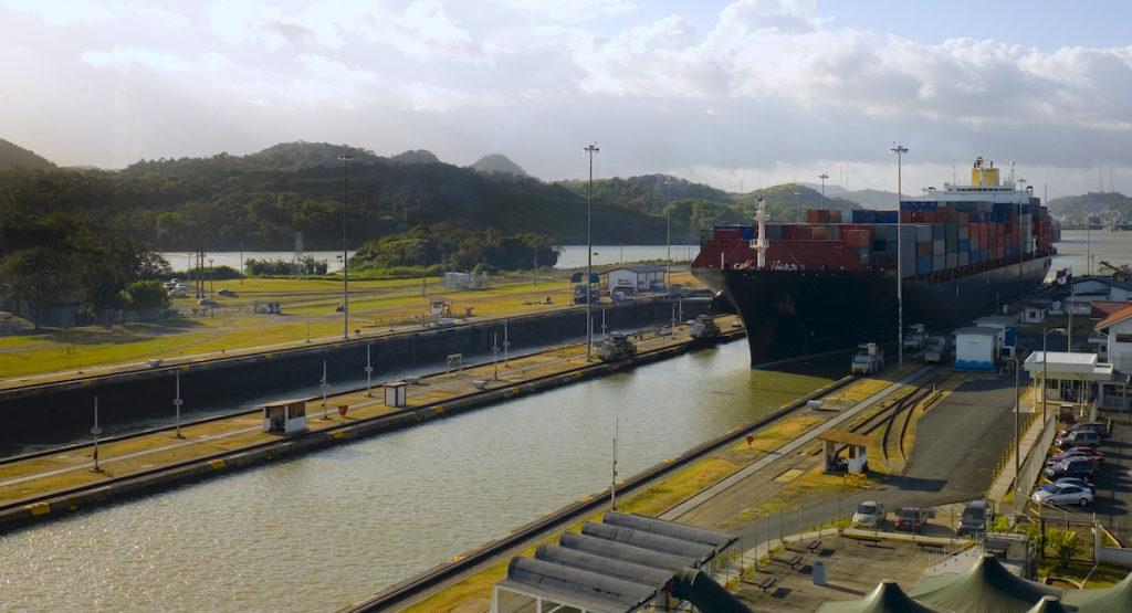 Cada año por el Canal de Panamá pasan cerca de 14.000 barcos cargados con 300 millones de toneladas de mercancías, el 5% del comercio mundial.