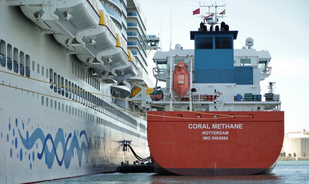 El AIDAnova en el Port de Barcelona. Se trata del primer crucero en el mundo que puede operar utilizando como único combustible gas natural licuado.