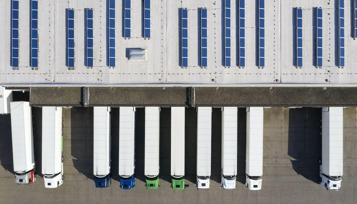 Una altra de les solucions proposades és la producció i oferta d'energies a baixes o zero emissions en les instal·lacions portuàries. (Gettyimages)