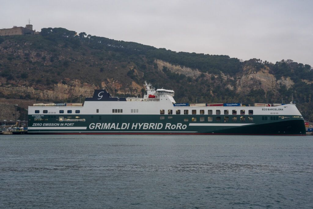 El buque Eco Barcelona recarga sus baterías de litio durante la navegación. (Grimaldi Lines)